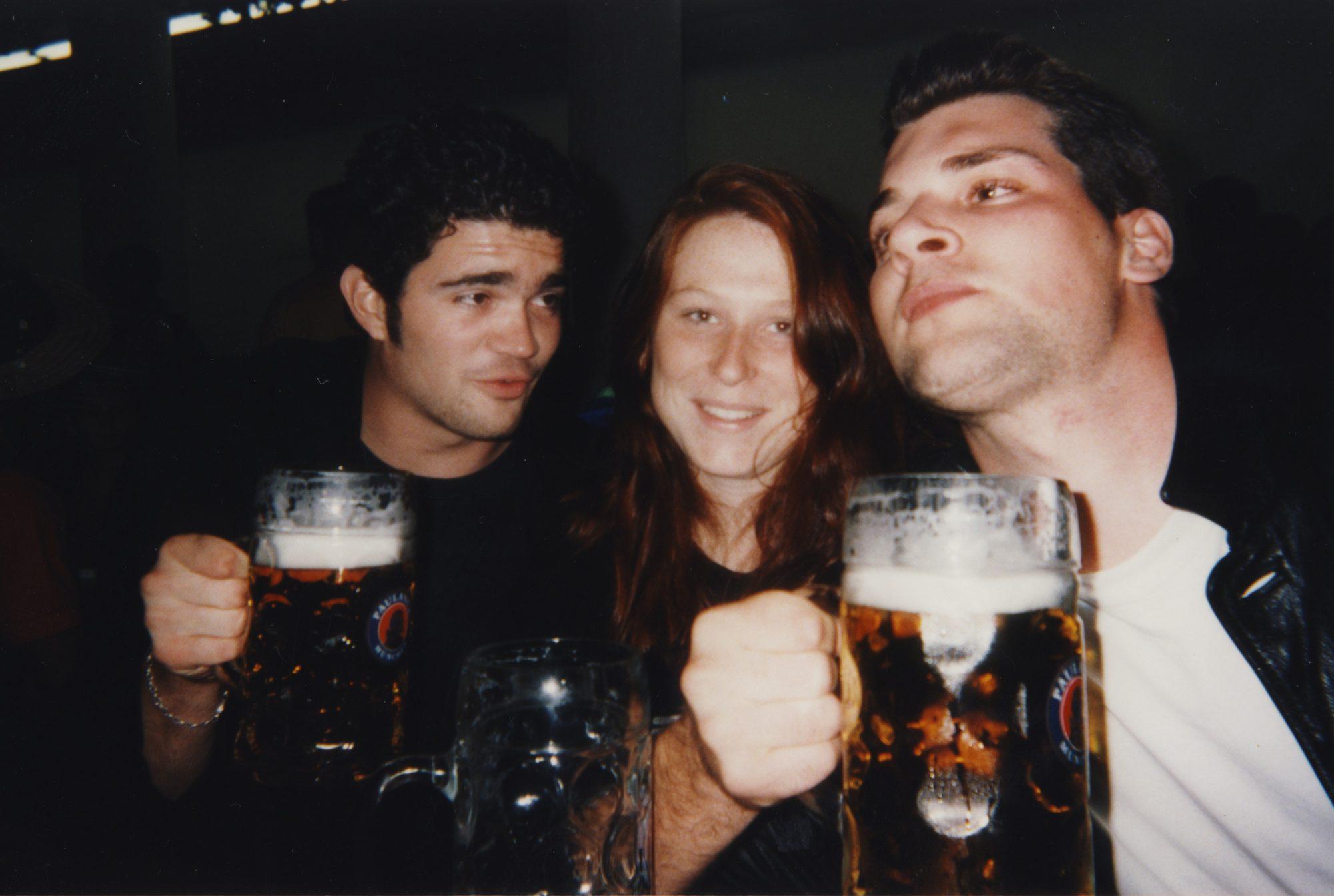 Mögen die Spiele beginnen. Thilo, Sarah und Jan auf dem Oktoberfest in München.