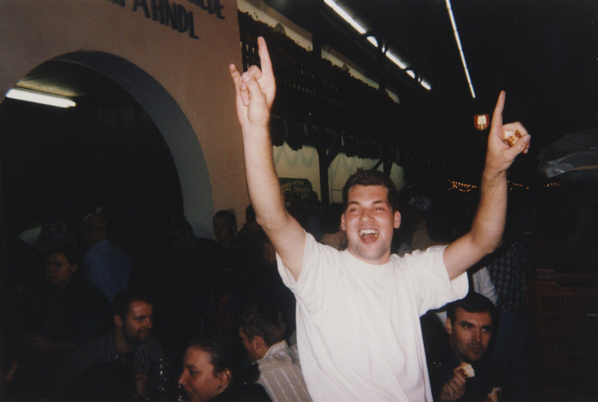 A Moass und a Brezn! Jan auf dem Oktoberfest 2000.
