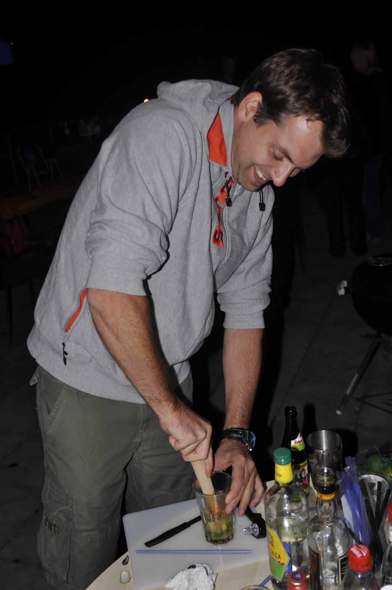 2010 - Thilos Geburtstag auf dem Dach in Kornwestheim. Jan beim Mixen.