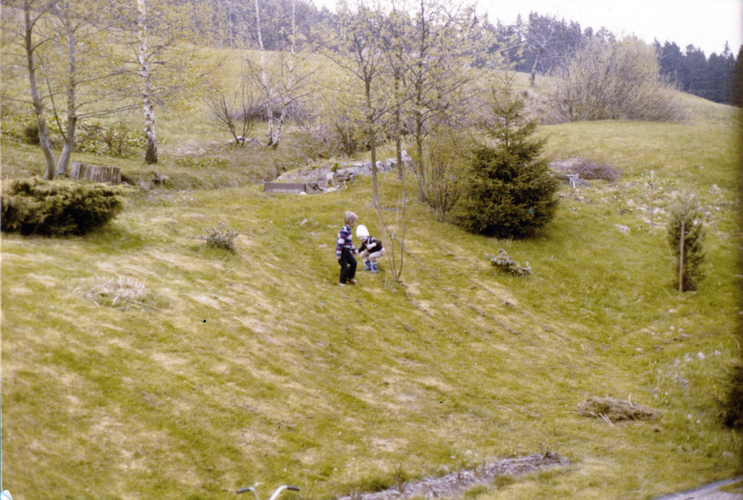 Hinter dem Haus in Mitteltal. Michael und Thilo.