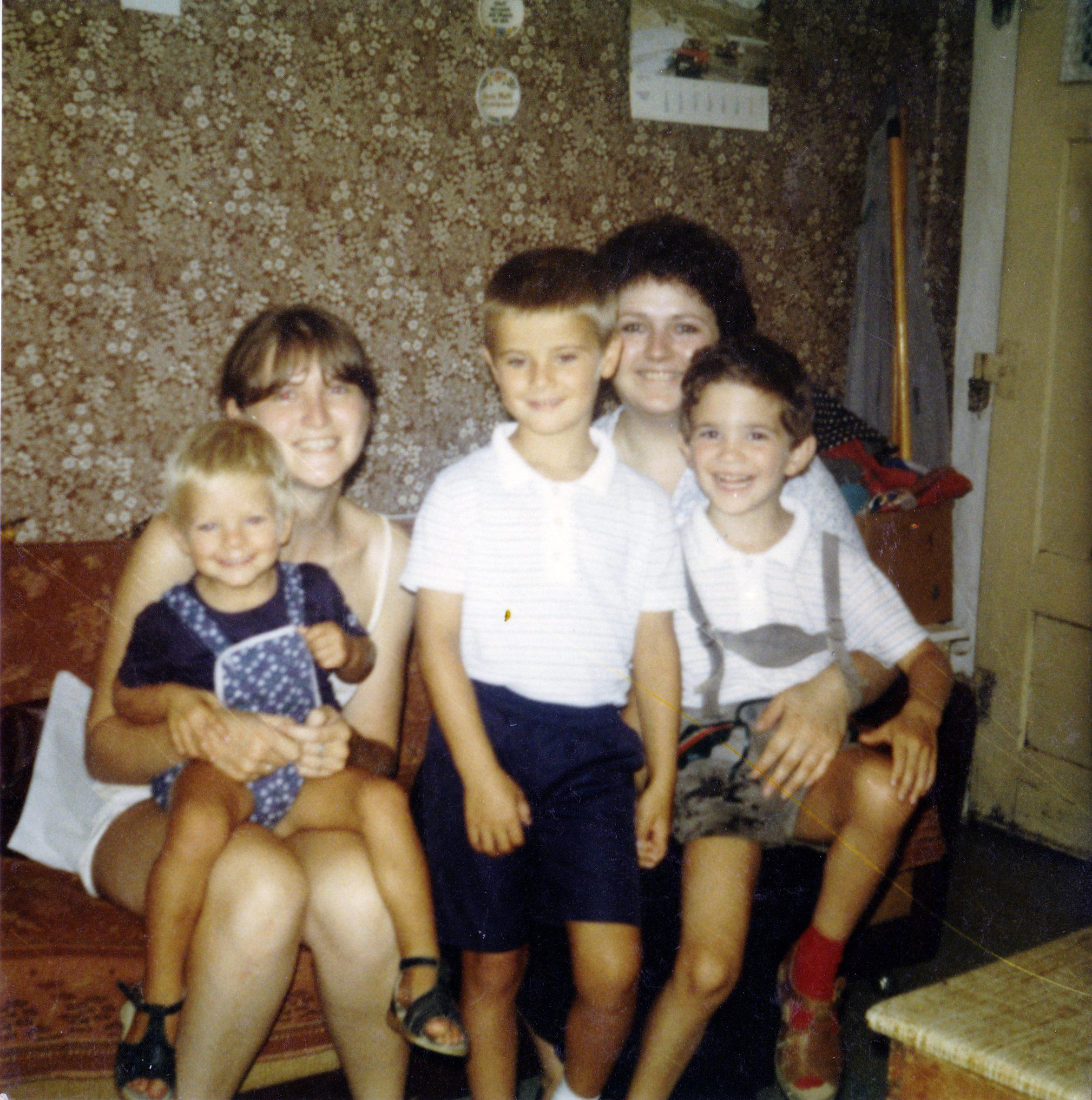 Besuch auf dem Bauernhof 1982. Florian, Michael, Thilo und Mama.