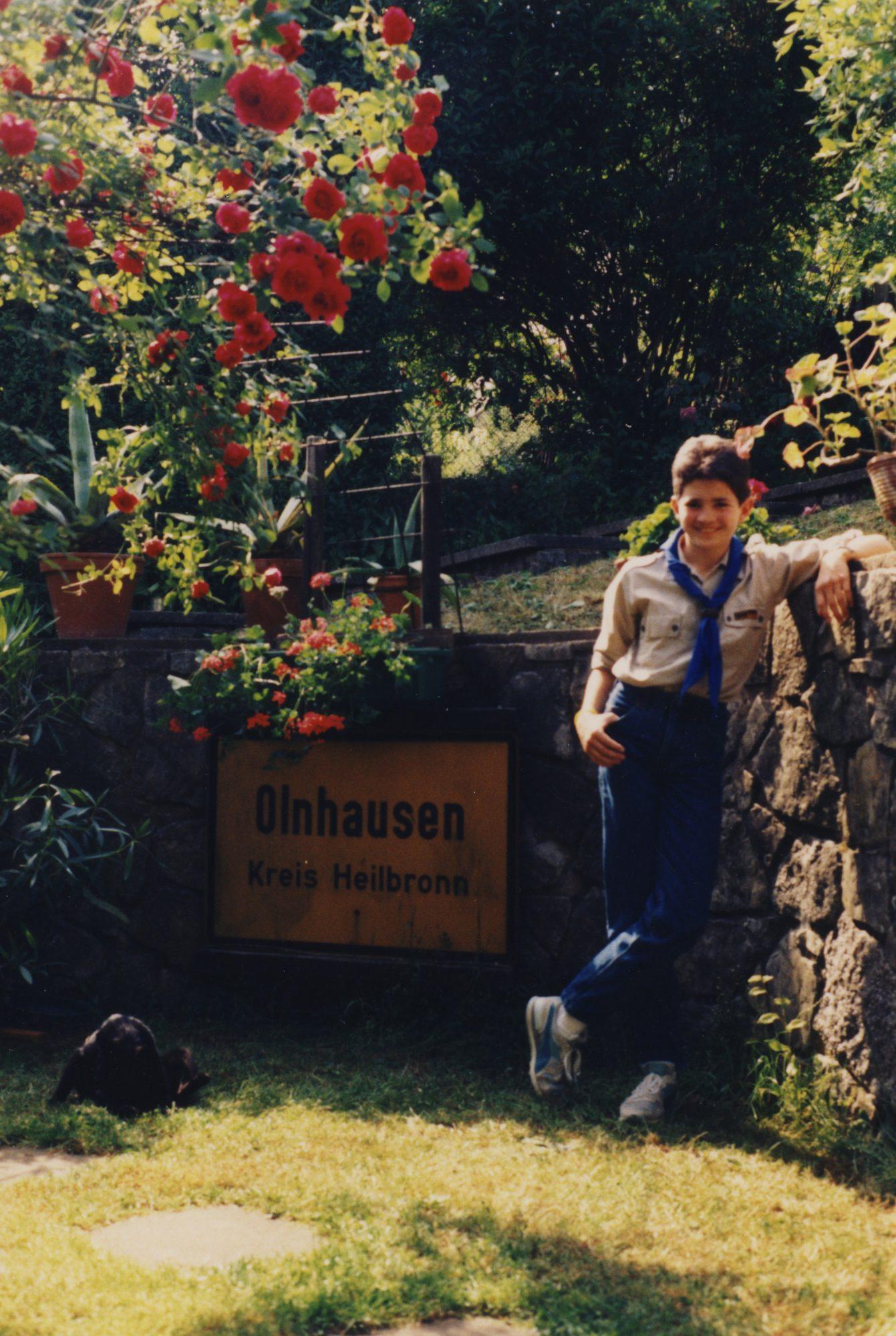Im Garten von Künzelsau, kurz vor der Abfahrt zu einem grossartigen Pfingstlager. Jungpfadfinder Thilo.