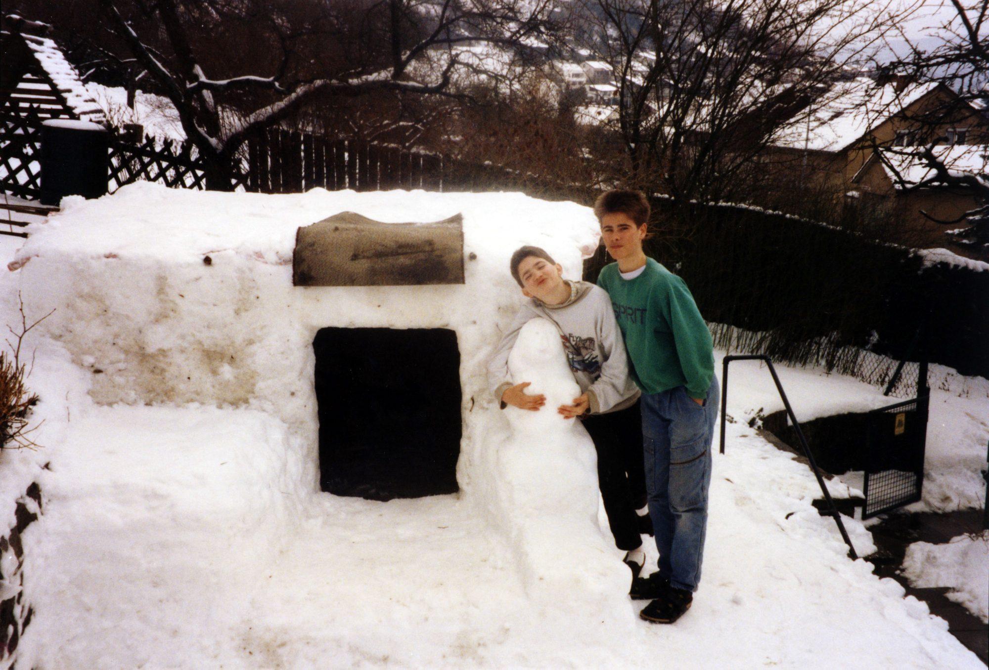 Winter im Frühjahr 1991 - Das größte und eindrucksvollste Iglu das wir je gebaut haben. Thilo und Michael.