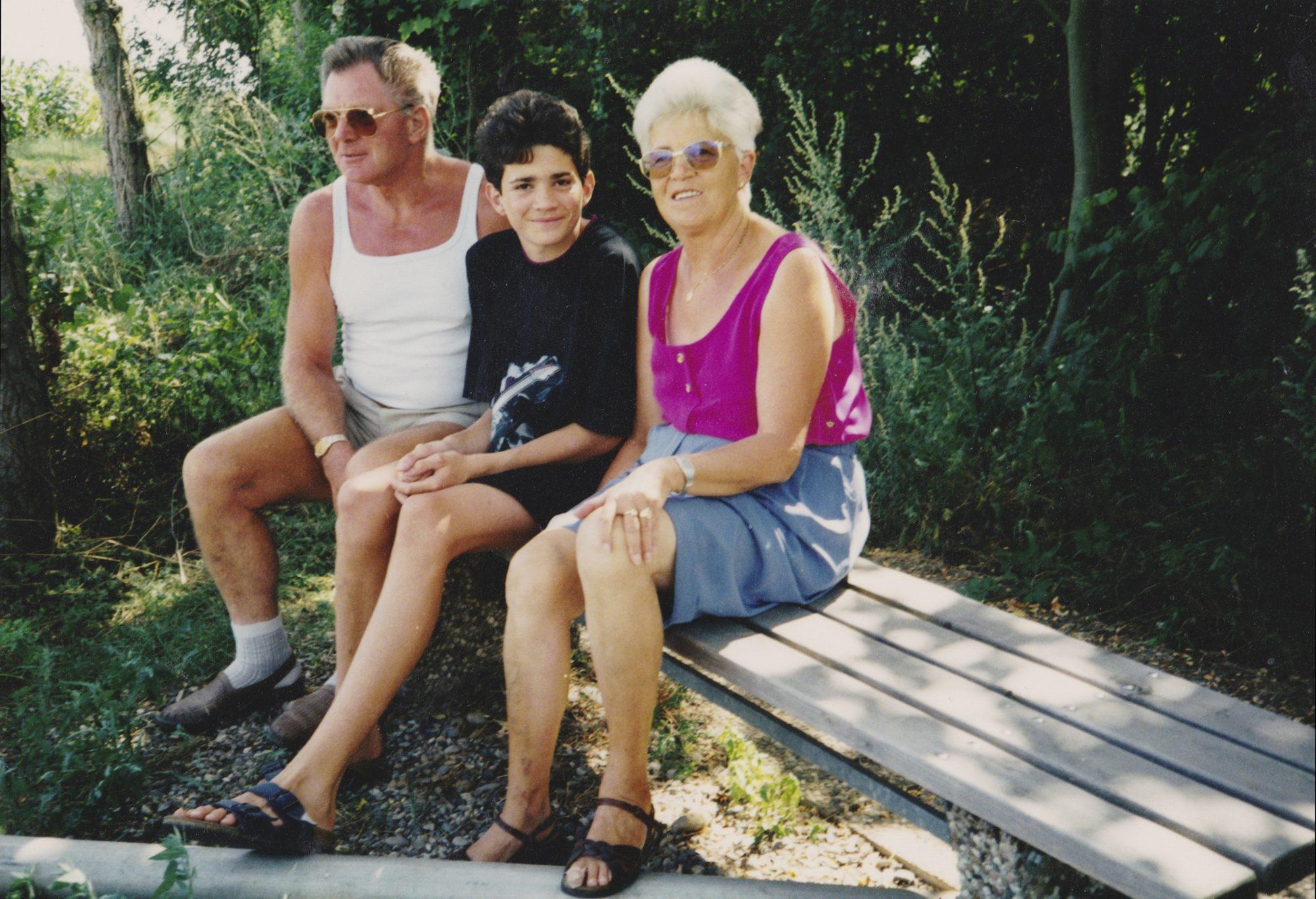 In den Sommerferien 1992. Während einer Radtour mit Omi und Opi am Rhein bei Heitersheim.