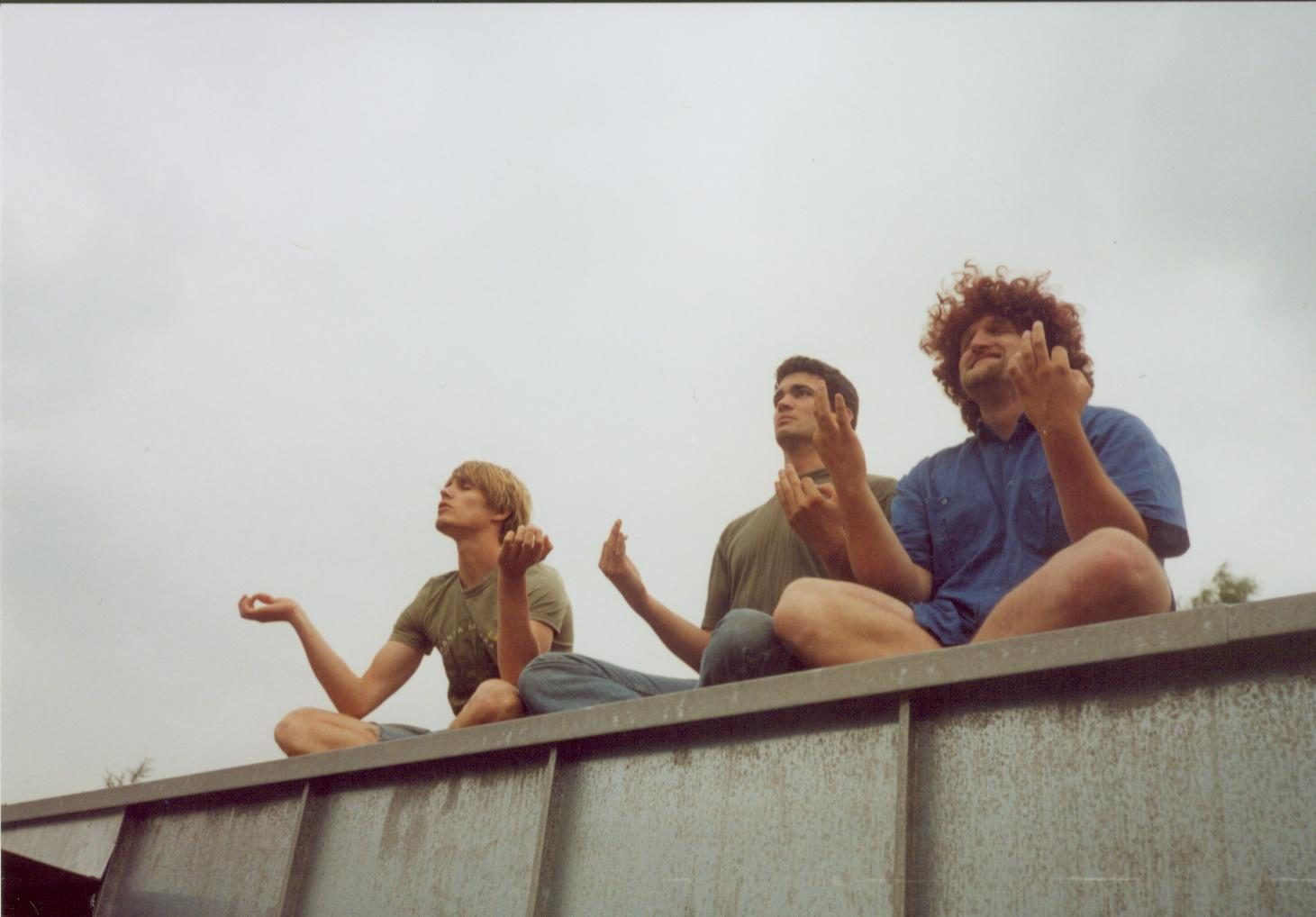 Uwe, Thilo und Fred sind Jenny aufs Dach gestiegen... und meditieren. Juli 2003.