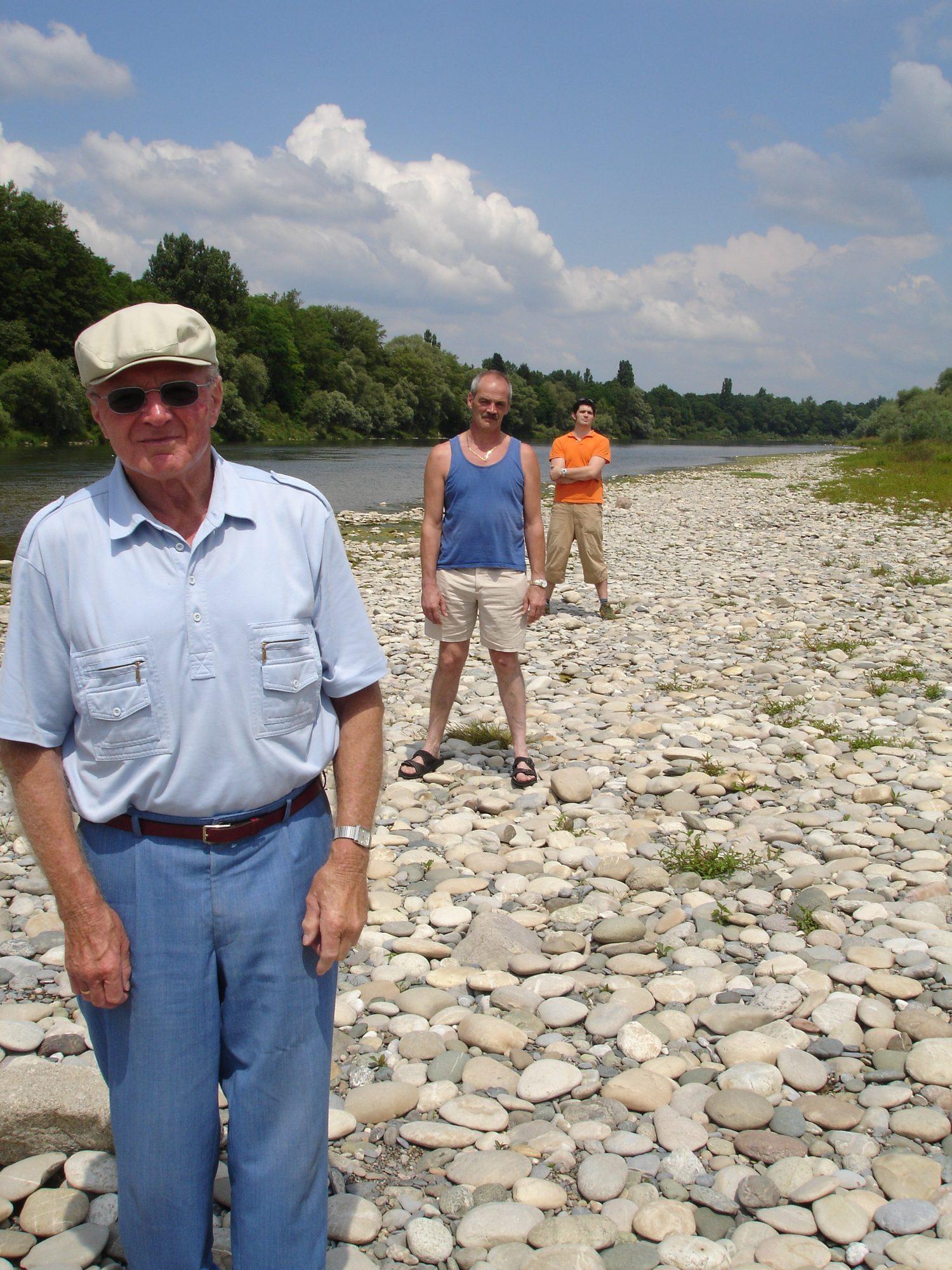 Drei Generationen im Sommer 2005 am Rhein. Opi, Vater und Thilo.