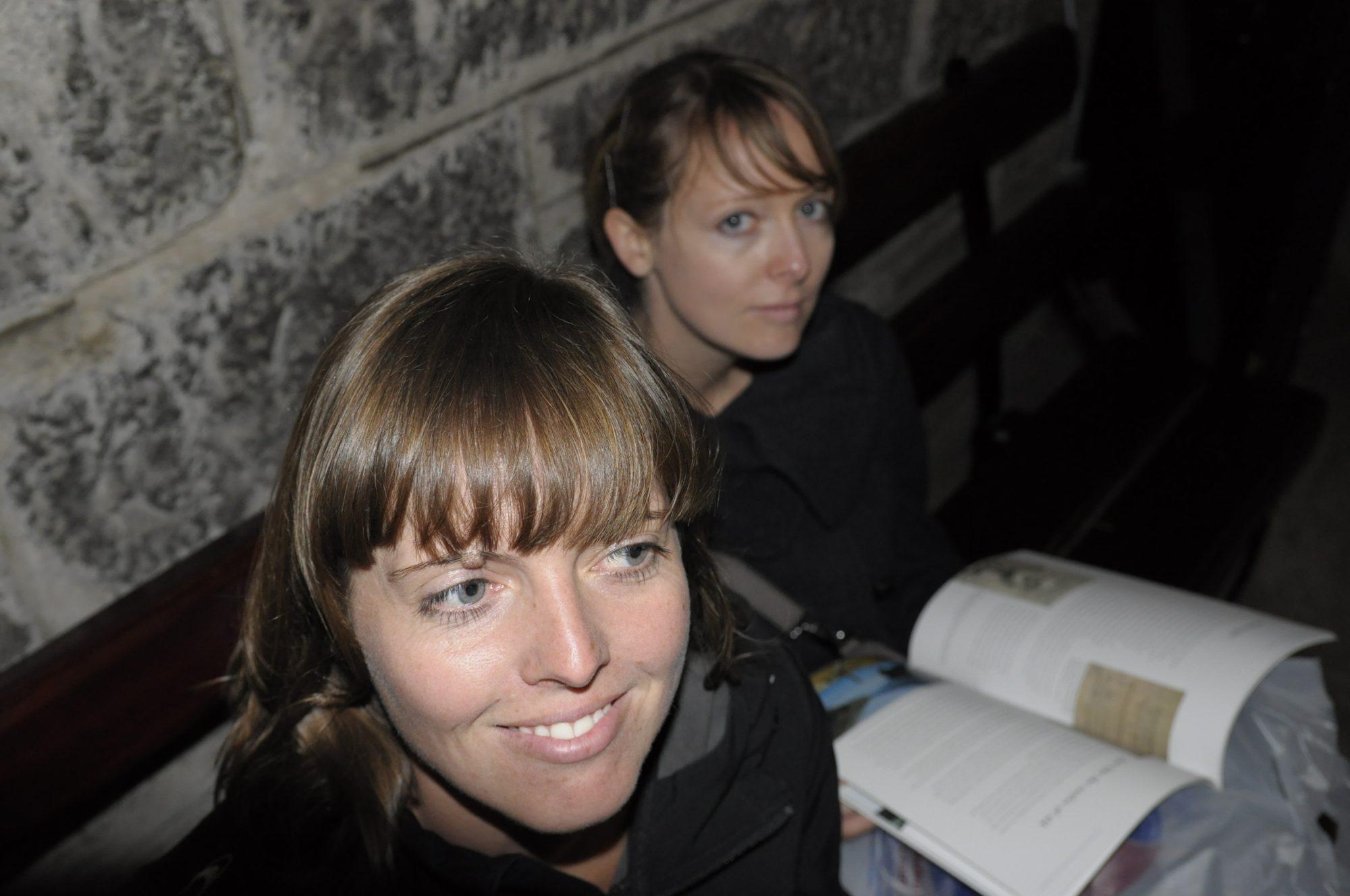 Juni 2011 – In Schottland. Luisa und Maria im Wallace Denkmal.