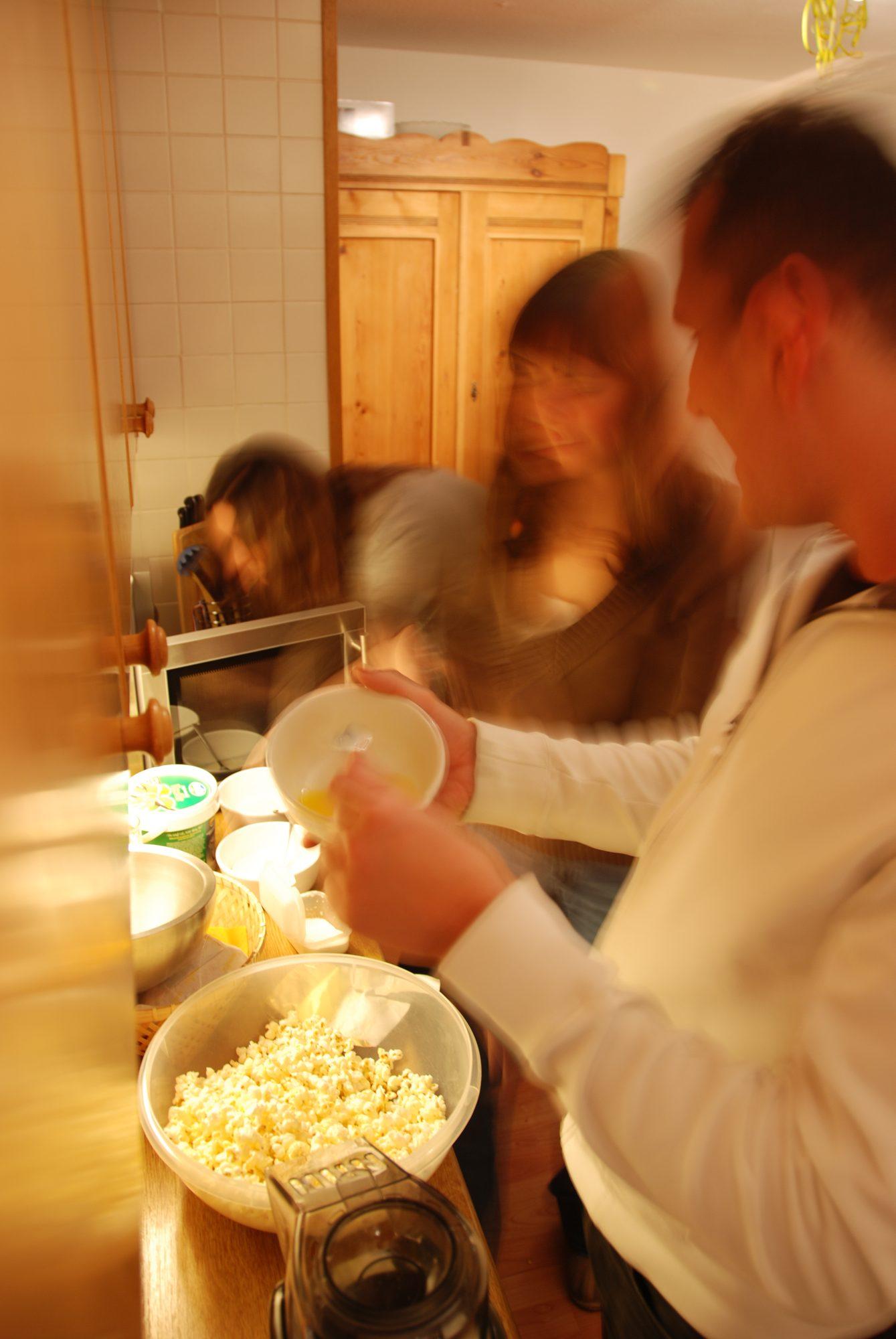 Sylvester 2007-2008 - Nadine, Luisa und Martin beim Popcorn machen.