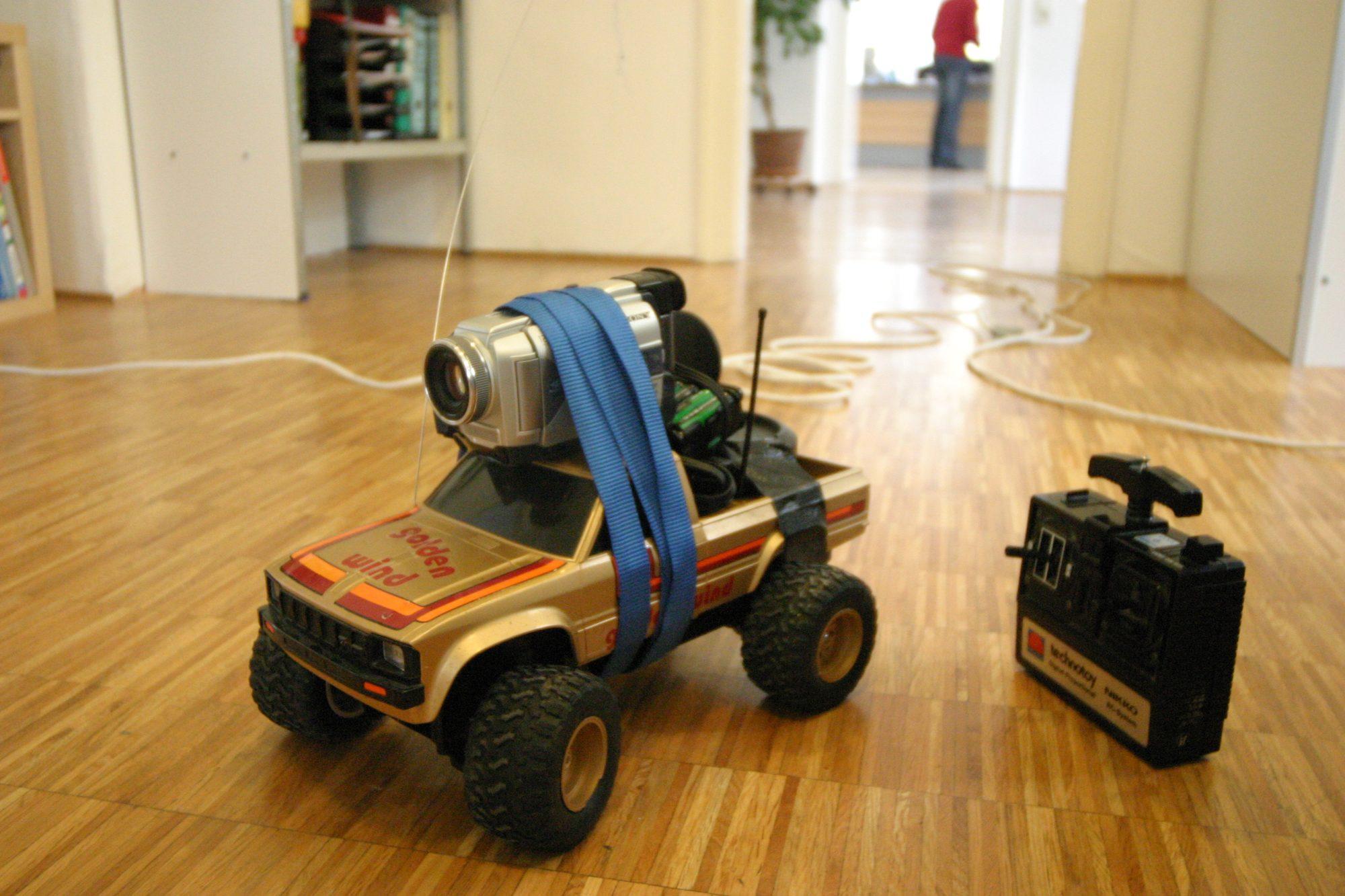 Oktober 2004 - Ein altes funkgesteuertes Auto, eine Mini DV Kamera, Analogfunksender und vielen Mignon-Batterien ist das Spycar entstanden. Reichweite ca. 50m. Heute nennt man es Drohne...