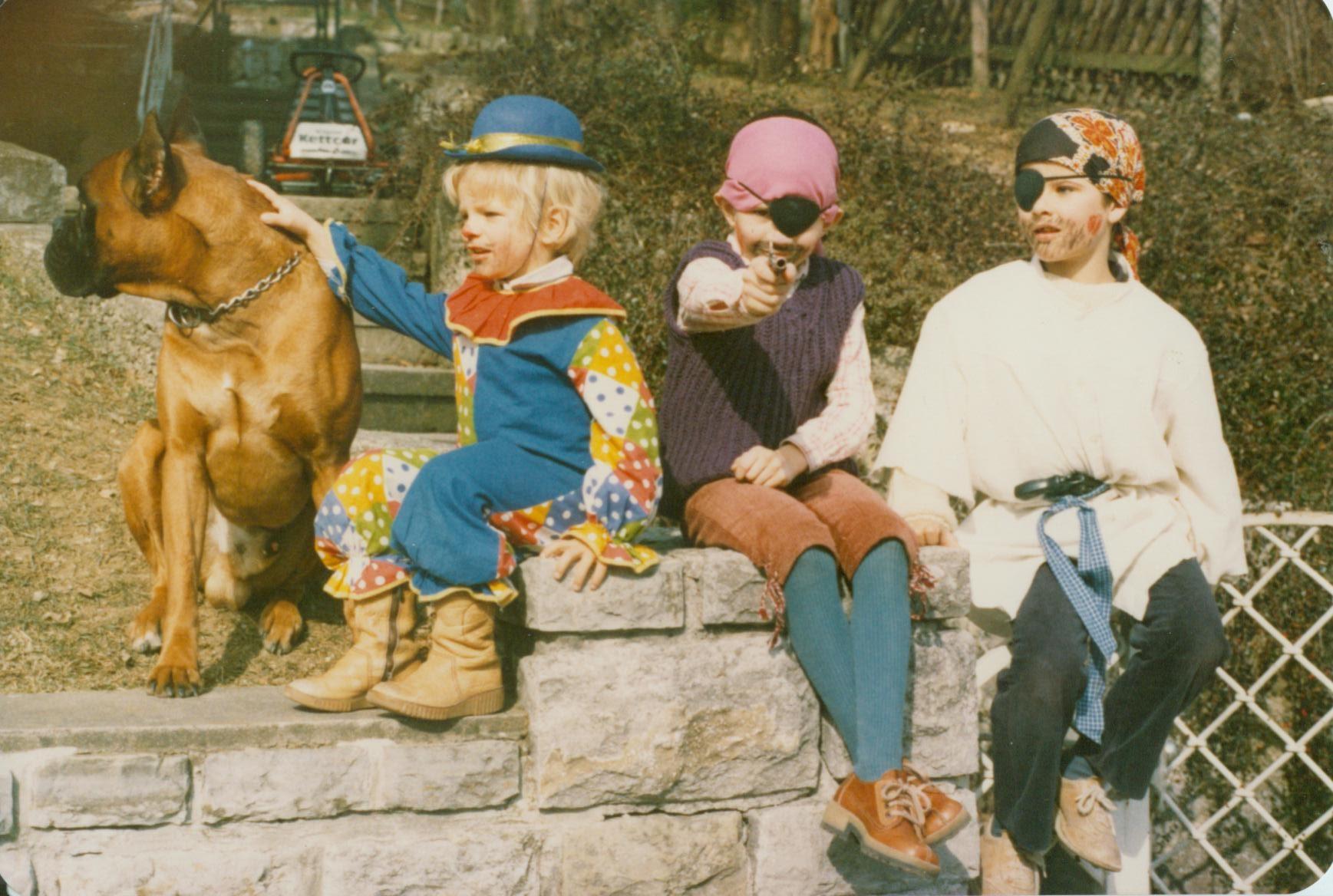 Fasching 1983. Askan bewacht Florian, Thilo und Michael.
