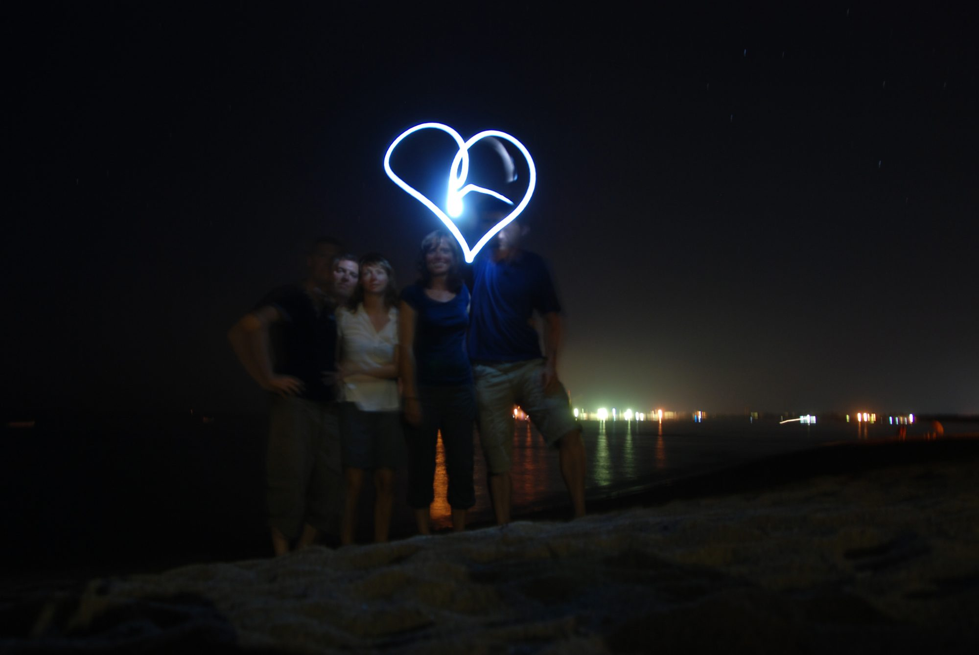 2012 - Sardinien nachts am Strand. Losi, Maria, Luisa und Thilo.