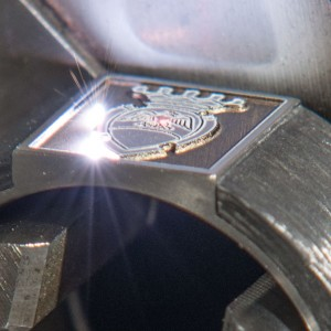 Prozess Lasergravur eines Siegelringes (Nahaufnahme).
