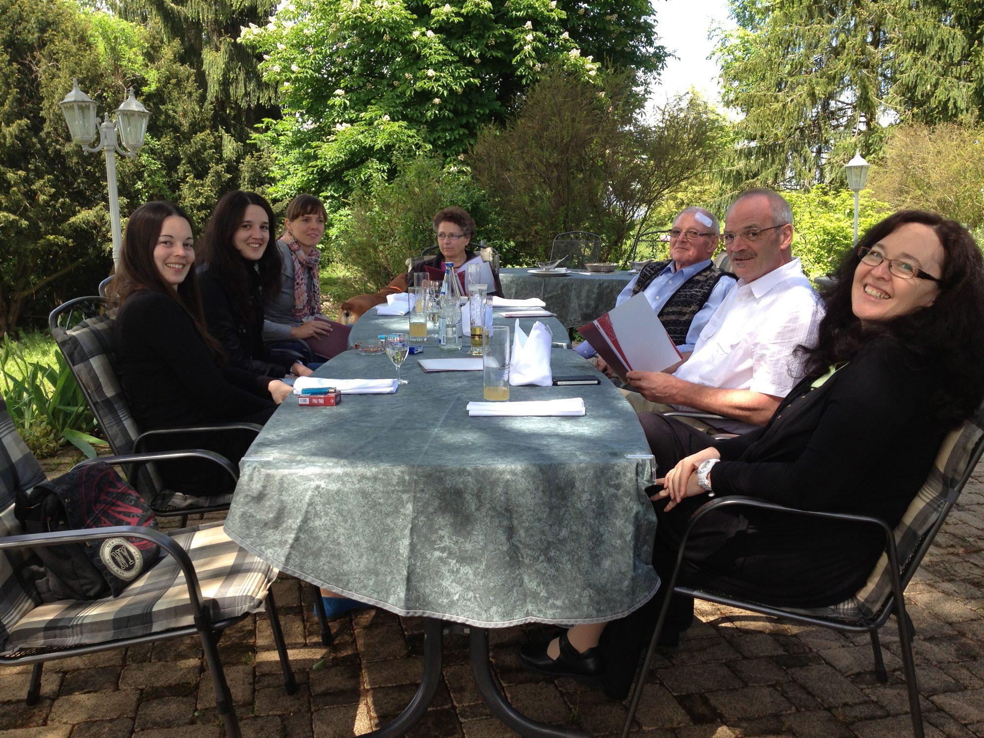Von Links: Die Halbschwestern von Thilo, Sabrina und Tamara, die Verlobte Luisa, Thilo Mama, Großvater (mit Pflaschder), Vater und die zweite (Ex)-Frau von Thilos Vater.