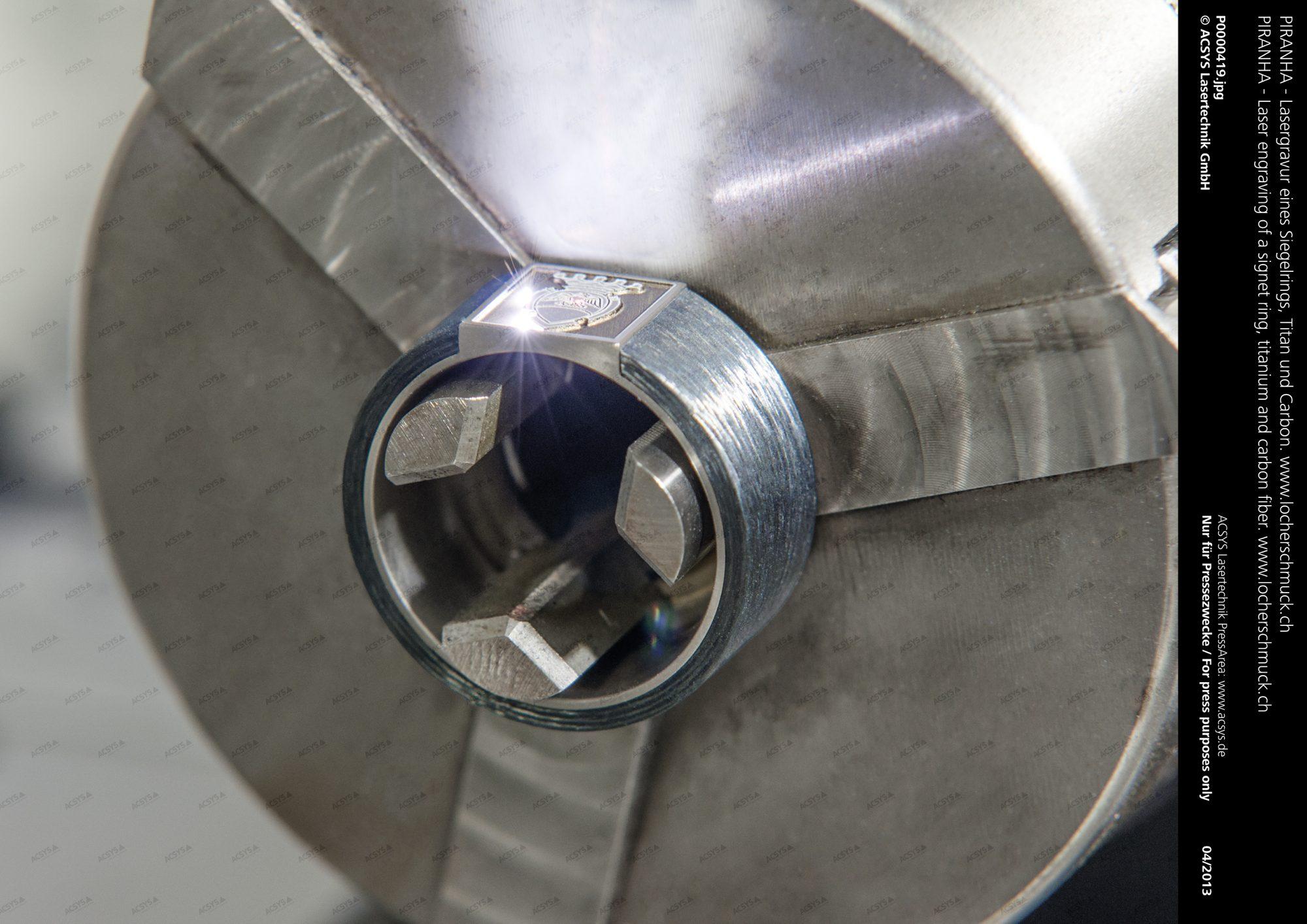 Lasergravur eines Siegelrings, Titan und Carbon - www.locherschmuck.ch