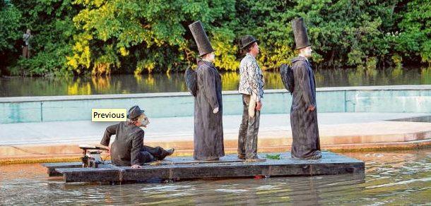 Der Kocher verwandelt sich fürs Theater im Fluss zum Styx. Zwei Todesengel und ein Fährmann holen den toten Liliom ab und führen ihn ins Jenseits.