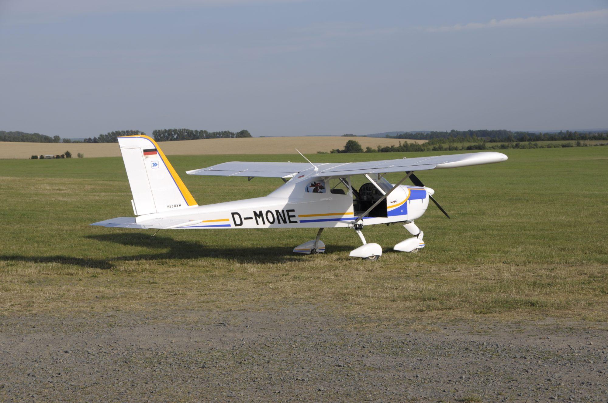 Das Fluggerät ohne Beifahrertür - Flugplatz Taucha bei Leipzig